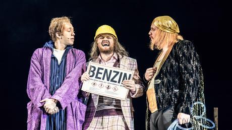 """Rudi Grieser, Maurizio Micksch und Benedikt Paulun in """"Biedermann und die Brandstifter"""" im Theater Ulm."""