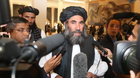 Taliban-Anführer Mullah Abdul Salam Zaeef spricht zu Journalisten.