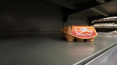 Die letzte Packung mit Eiern in einem Supermarkt inSiegen.
