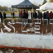 """Der Schriftzug """"Eiszeit"""" wurde live vor den Zuschauern mit der Kettensäge in riesige Eisblöcke geschnitzt."""