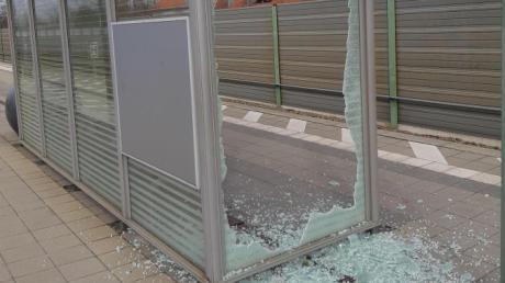 Unbekannte zerstörten die Scheiben eines Unterstands am Meringer Bahnhof, wie die Polizei meldet.