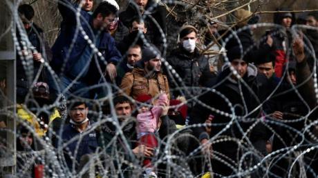 Migranten stehen hinter einem Stacheldrahtzaun nahe des griechisch-türkischen Grenzübergangs von Kastanies.