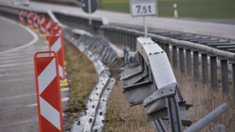 Am Beginn des zweibahnigen Abschnitts der B25 zwischen Ebermergen und Donauwörth ist ein Lastwagen frontal gegen die Mittelleitplanke geprallt und hat diese auf einer Länge von rund 150 Metern demoliert.