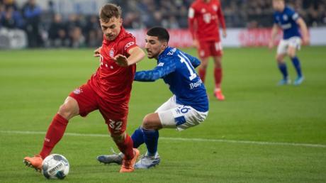 Schalkes Nassim Boujellab und Joshua Kimmich (links) im Zweikampf.