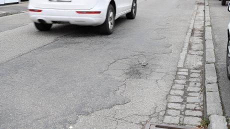 Die Ettenbeurer Straße in Ichenhausen ist in keinem guten Zustand. Deshalb soll noch heuer in einem ersten Bauabschnitt mit der Sanierung begonnen werden.