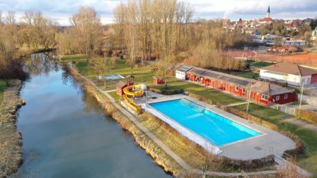 Das Freibad der Stadt Ichenhausen an der Günz. Der Fluss wird in der anstehenden Badesaison 2020 nicht mehr zum Badebereich des Freibads gehören.