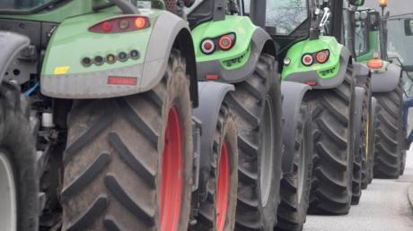 Um die 35 Traktoren standen am Sonntagabend vor dem Zentrallager von Aldi in Altenstadt.