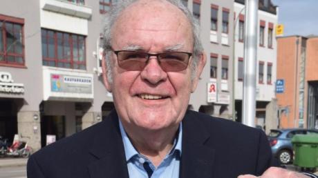 Zwischen diesen Fotos liegen 30 Jahre politisches Engagement: Manfred Buhl zeigt sein Programm als Bürgermeister-Kandidat aus dem Jahr 1990.