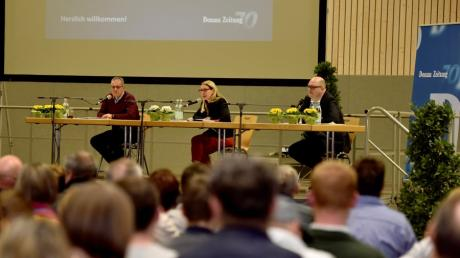 Bei der Podiumsdiskussion der Donau-Zeitung in Syrgenstein präsentierten sich die drei Kandidaten (von links) Dieter Kogge, Mirjam Steiner und Ralf Kindelmann auf der Bühne.