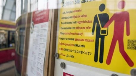Ein Hinweisplakat warnt auf dem Bahnhof Alexanderplatz in mehreren Sprachen vor Taschendiebstahl.