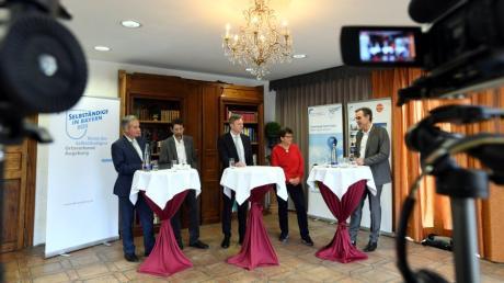 Die Podiumsdiskussion  der Bürgermeisterkandidaten von Neusäß mit (von links) Bernhard Hannemann, Michael Frei, Richard Greiner, Susanne Höhnle und Moderator Jürgen Marks fand vor Kameras statt Live-Publikum statt.