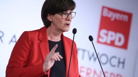SPD-Chefin Saskia Esken sagt, Frauen in der Politik werden wegen Äußerlichkeiten attackiert. Bei Männern sei das anders.