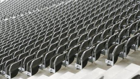 Geisterspiele und sogar Spielabsagen rücken in den Fußball-Bundesligen und Europapokal-Wettbewerben immer näher.