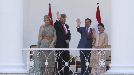 Joko Widodo (2.v.r), Präsident von Indonesien, und seine Frau Iriana (r) empfangen Willem-Alexander, König der Niederlande, und Königin Maxima im Präsidentenpalast.