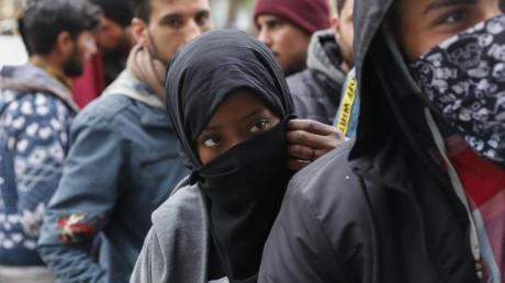 Migranten stehen in der Schlange vor einem Supermarkt in der Nähe der griechisch-türkischen Grenze.