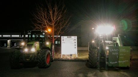 Mit einer Mahnwache vor dem Aldi-Logisitkzentrum in Kleinaitingen haben Landwirte gegen die angekündigten Milchpreissenkungen des Discounters protestiert.