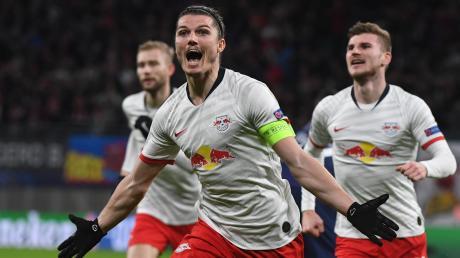 RB Leipzigs Marcel Sabitzer (M) jubelt nach seinem Treffer zum 1:0. Rechts läuft Timo Werner.
