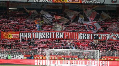 Die Bundesliga-Partie zwischen dem 1. FCUnion und dem FCBayern München findet in der Alten Försterei vor leeren Rängen statt.