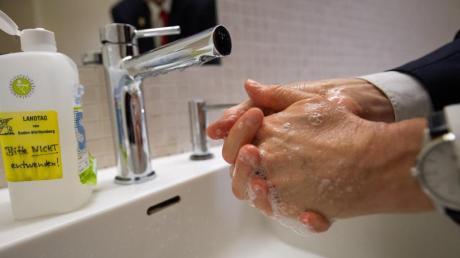 Gebot der Stunde: Hände waschen. Ein Handwerker in Aystetten sah das offenbar anders.