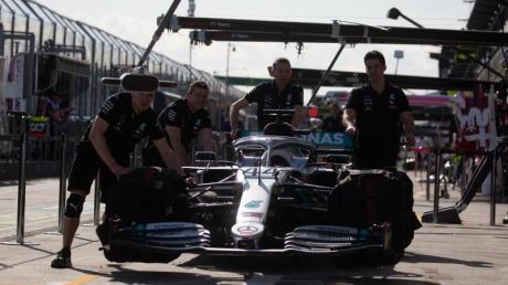 Hier bereitet das Mercedes-Team das Rennauto des britischen Formel-1-Fahrers Hamilton für das Rennen vor. Das wurde nun abgesagt.
