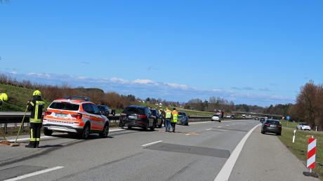 Nach einem Auffahrunfall mit fünf Fahrzeugen ist die Autobahn in nördlicher Richtung blockiert. Der Verkehr wird über einen Parkplatz umgeleitet.