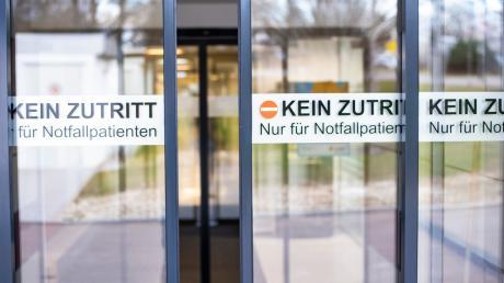 Auch an den Kreiskliniken des Landkreises Günzburg wird der Zutritt streng reguliert. Pflegekräfte müssen sich mit spezieller Zusatzkleidung vor Infektionen schützen.