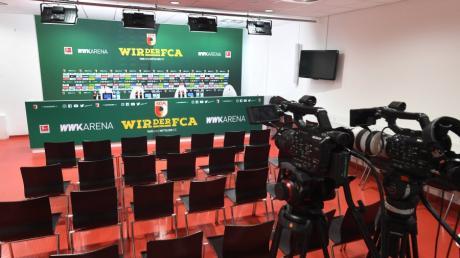 Alle Plätze blieben leer. Um 14 Uhr hätte hier am Freitag die FCA-Pressekonferenz vor dem Spiel gegen den VfL Wolfsburg stattfinden sollen.