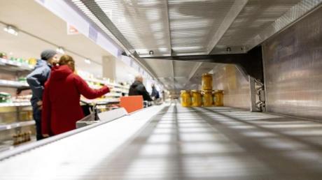 Viel Platz: Die Corona-Angst wird in den deutschen Supermärkten durch leergekaufte Regale augenfällig.