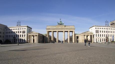 Der Pariser Platz am Brandenburger Tor ist fast menschenleer.