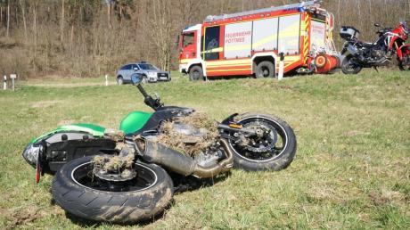 Ein tödlicher Motorradunfall hat sich auf der Staatsstraße 2045 von Pöttmes nach Kühnhausen ereignet. Eine 20-jährige Motorradfahrerin starb.