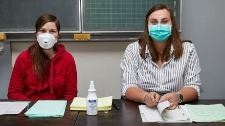 Die Wahlhelferinnen im Jakob-Fugger-Gymnasium trugen Schutzmasken.