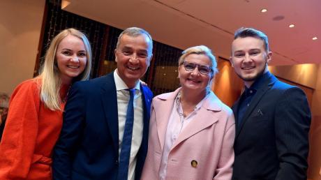 Günzburgs OB Gerhard Jauernig mit Ehefrau Bettina, Tochter Theresa und Sohn Leon erreichte etwa 95 Prozent der Stimmen.