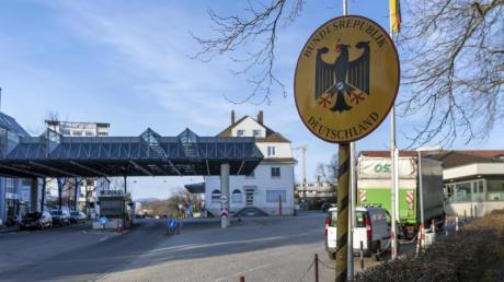 Deutschland führt Kontrollen am Grenzübergang zur Schweiz ein.
