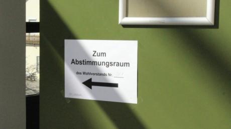 Kommunalwahl in Ried: Im Rathaus geben die Wähler ihre Stimmen ab.