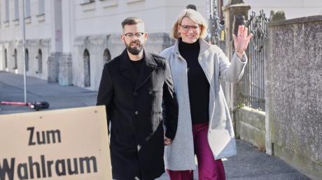 Die Augsburger CSU-OB-Kandidatin Eva Weber mit ihrem Mann Florian auf dem Weg zum Wahllokal im Holbein-Gymnasium. In der Innenstadt, zuletzt eine Grünen-Hochburg, liegt Eva Weber nach dem ersten Wahlgang vorn.