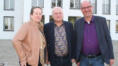 Die neue Aindlinger Bürgermeisterin Gertrud Hitzler im Gespräch mit Mitbewerber Bernd Aichele (rechts) mit Amtsinhaber Tomas Zinnecker (Mitte).