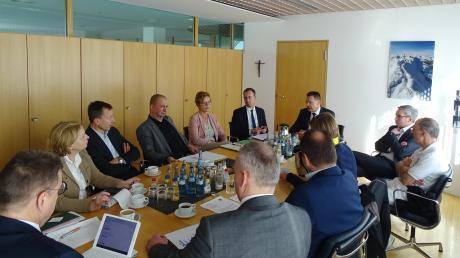 Der Runde Tisch im Landratsamt Alb-Donau-Kreis beschloss, Drive-in-Stationen für Abstriche einzurichten.