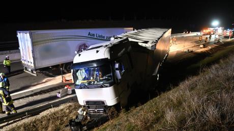 Bei einem schweren Unfall auf der A8 sind vier Menschen verletzt worden.