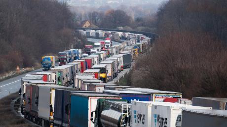 Mehrere Auffahrunfälle sorgten am Mittwochmorgen auf der A8 für erhebliche Beeinträchtigungen des Berufsverkehrs in Richtung München.