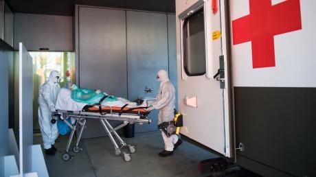 Soldaten der Schweizer Armee bringen einen Coronavirus-Patienten in die Notaufnahme des La Carita Krankenhauses.
