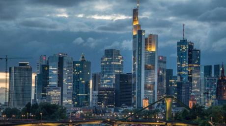 Die Konjunktur in Deutschland wird nach Einschätzung der Volkswirte der privaten Banken infolge der Coronakrise in diesem Jahr massiv einbrechen.