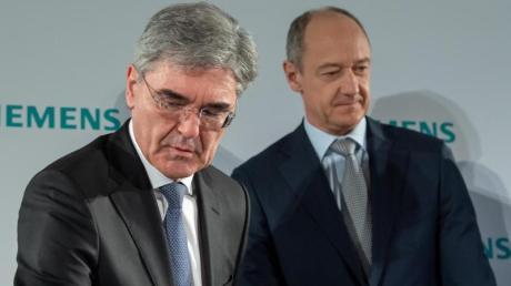 Joe Kaeser (l), scheidender Vorstandsvorsitzender von Siemens, und der neue Chef an der Spitze des Konzerns, Roland Busch.