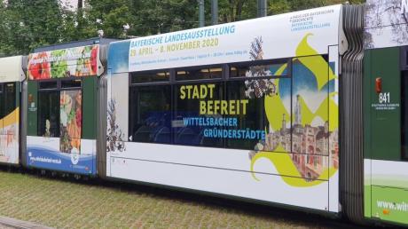 Eine Straßenbahn im Landesausstellungs-Design macht Werbung für das Großereignis im nächsten Jahr.