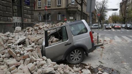 In der kroatischen Hauptstadt Zagreb ist ein Auto von herabfallenden Trümmern zerquetscht worden.