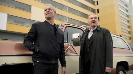 """Max Ballauf (Klaus J. Behrendt) und Freddy Schenk (Dietmar Bär) ermitteln in schwierigen Verhältnissen: Szene aus dem Köln-Tatort """"Niemals ohne mich"""", der heute im Ersten läuft."""