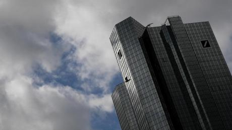 """Fragt man Christian Sewing, ob der Himmel über der Bank klar ist, bekommt man ein klares """"Ja"""" des Optimisten zur Antwort. Aktionäre erwarten, dass wieder dunklere Wolken über der Bank aufziehen."""