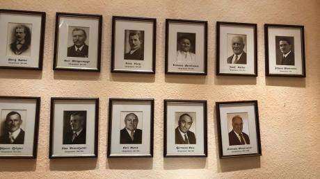 Das Bild von Bürgermeister Jürgen Kopriva fehlt unten rechts in der Ahnengalerie des Aislinger Rathauses.