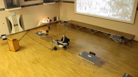Stadtrat Mindelheim in der Corona-Krise. Sitzung im Forum mit entsprechend weiten Abständen zueinander.