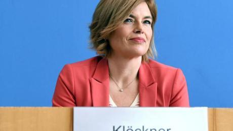 Landwirtschaftsministerin Julia Klöckner informiert über die neuen Maßnahmen in Sachen Einreise ausländischer Arbeitskräfte für die Landwirtschaft.
