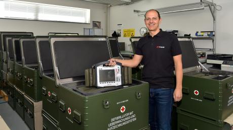 Corpuls-Geschäftsführer Christian Klimmer mit einem Defibrillator, den das Unternehmen herstellt.